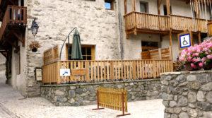 Chalet le GrillLa terrasse et les balcons des chambres du Grill